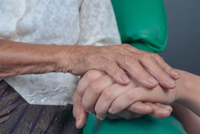 """Starejša gospa: """"Moje roke so grde ..."""""""