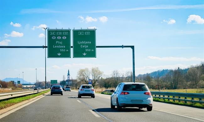 V avtomobilih mora biti v roku pol leta na voljo slovenščina