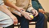 TOŽBA: ZZZS nima denarja za domove za starejše! Kdo bo plačal višje stroške zdravstvene nege?