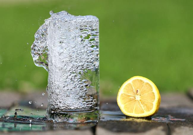 Kaj se zgodi, če uživamo kombinacijo limone in sode bikarbone?